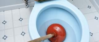 Verstopte toiletpot met ontstopper